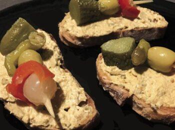 Tosta de queso cremoso, mejillones y banderillas
